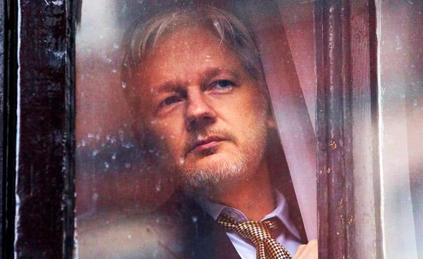 Julian Assange bak gardinet